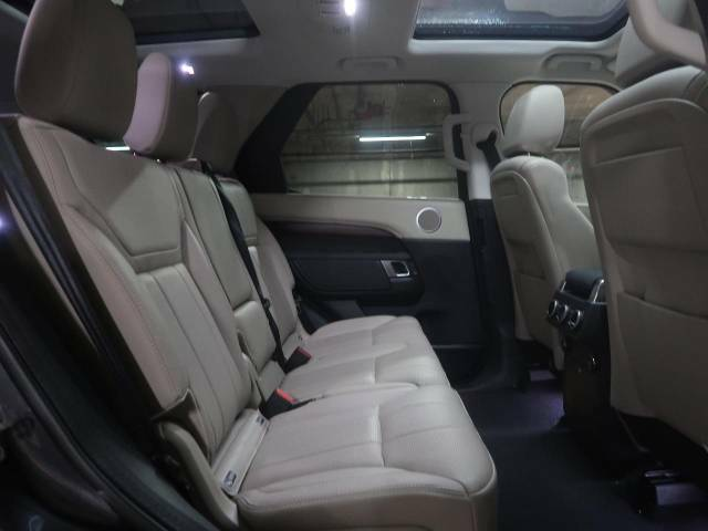 後席も使用感はほとんど感じられず大変綺麗なコンディションを保って入庫しております。ISO-FIXにも対応したシートを採用し、チャイルドシートも簡単にお取り付けいただけます。