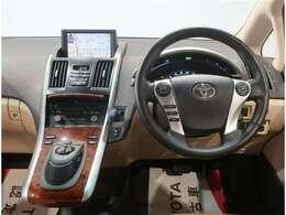 運転席周辺の画像です。内装色はアイボリー系で落ち着いた雰囲気です。