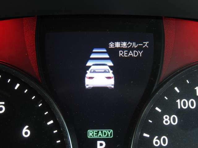 全車速レーダークルーズはフロントグリルのレーダーセンサーが前車両を検知し、ハンドル部のスイッチひとつで前車輌を加速、減速を自動で行いながら一定の距離で停止まで追従する高速道路では大変便利な機能です。
