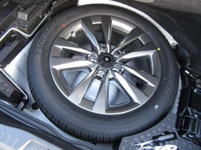 Bプラン画像:トランク下収納にはグランドスペアタイヤをオプション装備。新車時装着している物と同様のノイズリダクション18インチアロイが装備される。もちろん空気圧センサーも標準装備される。70,200円の商品です。