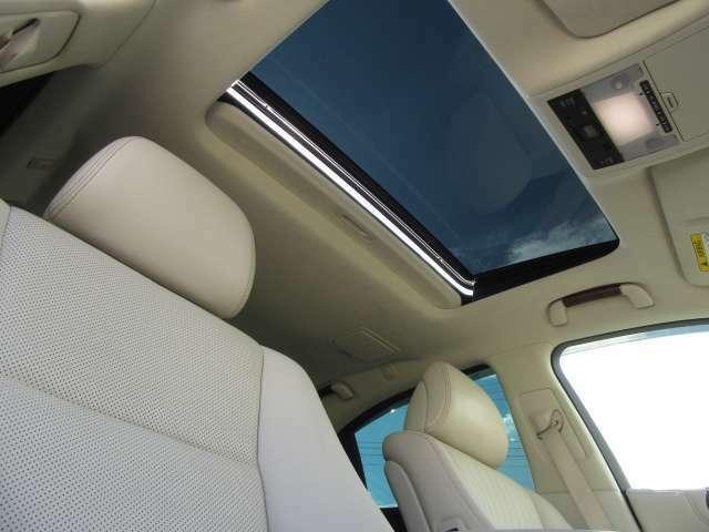 電動チルトアップ機能付スライディングガラスサンルーフは、太陽の光を燦燦と取り込み、雨天時でもチルト機能により雨が入らずに中の空気を外に放出が可能です。インテリアP専用アルカンタラルーフライニングも装備
