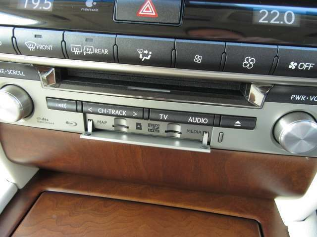 Bプラン画像:前席に設定したBlu-rayプレーヤーで高画質、高音質な映像をお楽しみ頂けます。又、microSDカードスロットも搭載しパソコンやオーディオ機器でSDカードに保存した音楽データを気軽に再生できます。