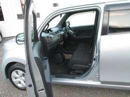 ベンチシートなのでゆったり運転できます。助手席との間に隙間が出来ないので荷物を置いたりと広く使えます。ベンチシートのメリットですね!