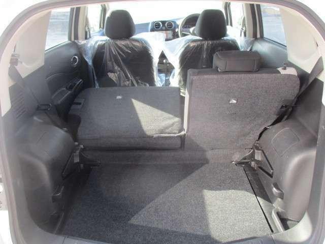 後部座席を後ろから簡単に倒せるのでとっても広々と荷室を使うことができます!