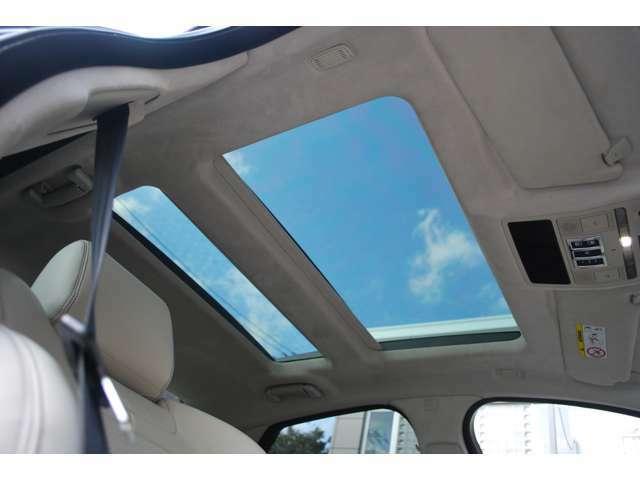 スライディングルーフが装着されており、すべての座席で自然光あふれる開放的な雰囲気を演出。運転席頭上のスイッチで操作が可能です。