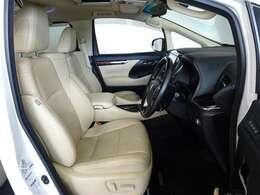 本革(一部)仕様のシートです。室内空間がぐっと優雅になります。パワーシートを搭載してます。