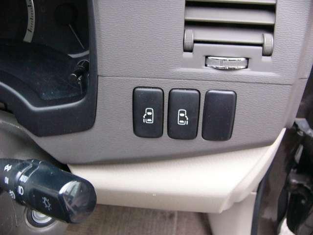 両側パワースライドドアが付いてます。ワンタッチで簡単にお子様でも、お年寄りの方でも開閉できますのでとても便利です。スマートキーや車内のスイッチでも自動ドアの開閉ができます。
