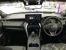 高級セダン顔負けの高級感溢れるインテリアを持っています。ナビの取付位置も見やすい場所にあり、その他のスイッチ類も運転者が操作し易い様に配置されています。