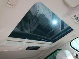 パノラミックガラスルーフ。後部座席もしっかり開閉します。この装備があるだけで室内の解放感が上がり素敵なドライブを存分にお楽しみいただけます。