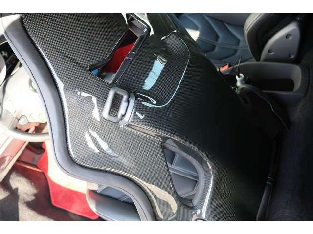 シートの裏側はブラックカーボンで施工されております。荷物置きもしっかり室内に御座いますので、ご安心ください!