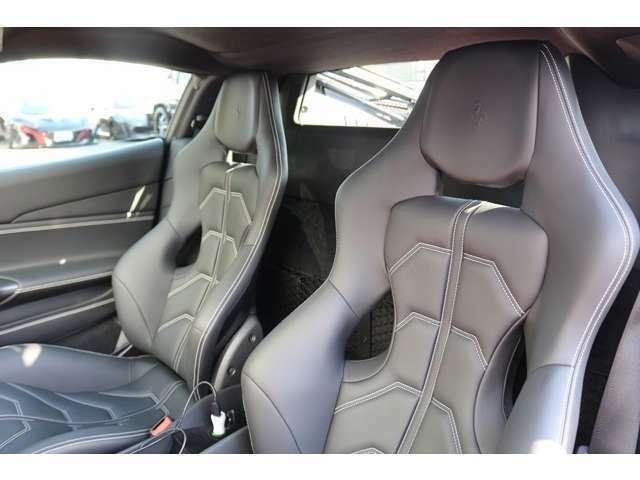 コックピットは、ドライブしやすいシート形状になっておりますので、体にも負担が少なくお乗りいただけます。ブラックレザーにシルバーステッチのデザインになっております。