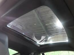 オプションのパノラミックガラスルーフ。頭上後方までしっかり開閉します。この装備があるだけで室内の解放感が上がり素敵なドライブを存分にお楽しみいただけます。