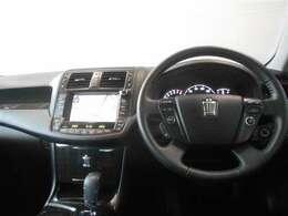 ブラックを基調としたクールな運転席周り。