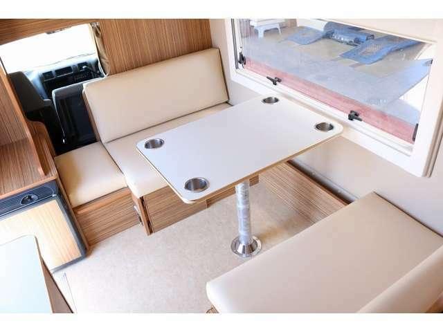 2対2の対面シートでテーブルを囲んでお食事も可能です☆