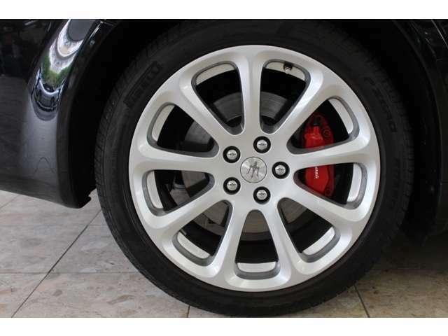 新車時メーカーオプションのレッドブレーキキャリパー&19インチアルミホイール装着車です。走行距離は僅か19000キロメートルです。詳しくは弊社ホームページをご覧くださいませ。http://www.sunshine-m.co.jp