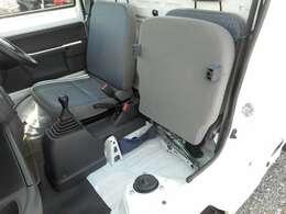 助手席は座面が上がり大きな荷物を載せることが出来ます♪