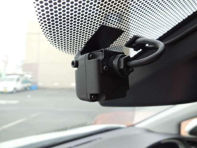 ドライブレコーダーはドライブ中の映像・音声などを記録し、 もしもの事故の際の記録はもちろん、旅行の際の思い出としてドライブの映像を楽しむことができます。