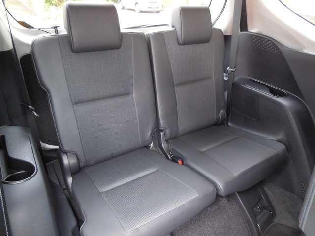 サードシートもゆとりのスペースを確保!大人も足を伸ばせます!ゆったりとした後席ですね。後席でノビノビ、リラックス快適な空間でドライブはいかがですか。