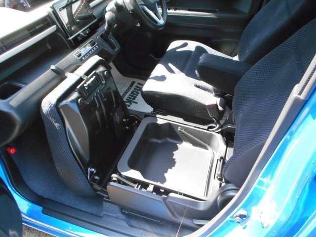 助手席の下は小物入れになっていて、便利