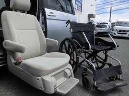 車いすの座面の高さよりも低い位置までシートが下がりますので、車いすからの移乗が大変らくに行えます。※車いすは付属しておりません。