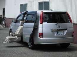 2列目左側シートに電動リフトアップシートを搭載しています。シートが電動で回転し、車外にせり出して昇降します。