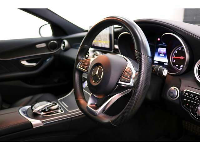 ステアリングスイッチ付きで運転中でもハンドルから手を離さずに操作出来ます。