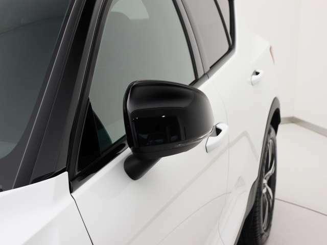 ターンシグナルランプ内蔵ドアミラーが被視認性に優れる場所に設置され、巻き込みや右直事故のリスクを軽減してくれます。グロッシーブラックの専用ドアミラーカバーです。