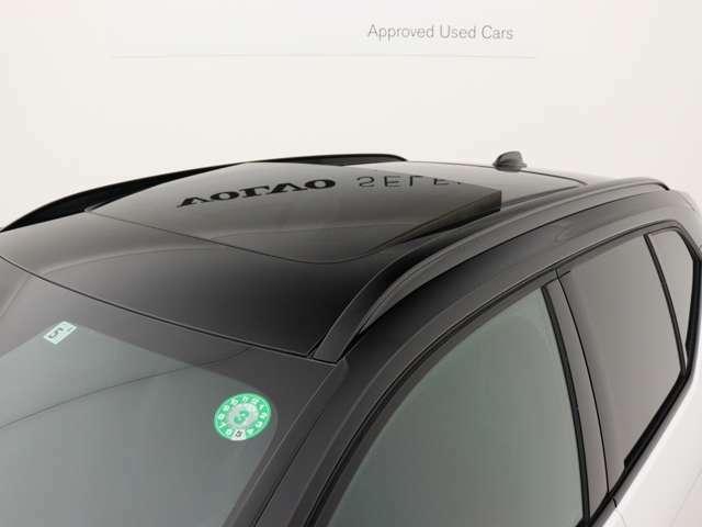 グロッシーブラックのインテグレーテッド・ルーフレール。スウェーデンで生まれた都市型SUVのスポーティなキャラクターを全身で表現する、XC40 R-Designだけに与えられたカラーテーマです。