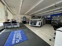 広々と清潔感のある店内でごゆっくりとお車をお選びいただけます。
