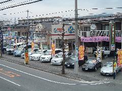 青沼通りに面して展示車両が並び、とっても見易いで~ス!