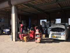 本社工場は、国に認められた安心の認証整備工場です。納車整備はもちろん、車検・点検・整備なども行っております。