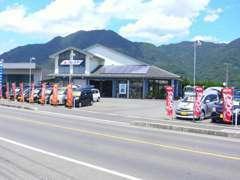 開放感のある店舗スペースと広く出入りのしやすい駐車スペースでご来店お待ちしております。