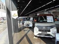 ショールームには三菱最新モデルの車両を展示しております。