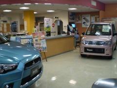 お買い得車が展示された、ガラス張りの明るいショールーム。