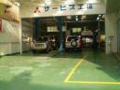 サービス工場では専門スタッフによるお車のメンテナンスを実施。