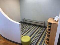 新車ショールームのキッズスペースは、半個室で安心・安全にお子様がお過ごしいただける空間にしています。