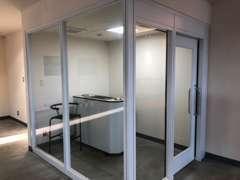新車ショールームは分煙となっており、空調完備された喫煙スペースをご用意しております。