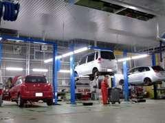 リフト8基完備のサービス工場がございます。板金工場も併設しておりますので、お客様の万が一にも対応可能。車検・修理OKです。