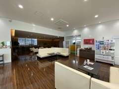 広々としたショールーム!優しい風合いの木調家具やグリーンカラーを使用し、居心地のいい空間を演出しています。