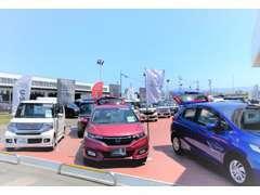 国道に面した大きな展示場!軽自動車・コンパクト・ミニバン・スポーツまで幅広く展示中!もちろん新車もお任せください!
