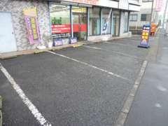 お店の前にお客様駐車場がございます。ご来店の際にご連絡いただけましたら、準備してお待ちいたします。