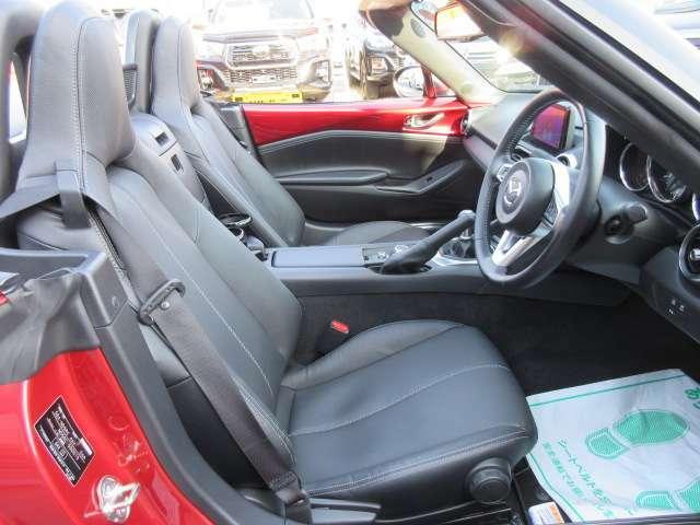 専用インテリア&専用ブラック本革シート付♪ 質感の良い専用スポーツシートでホールド性もよく、本革仕上げでより上品なインテリアとなっております♪