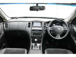 内装は高級感があり、スポーティなブラックで、全方位で視界が広く、高い目線で運転もしやすいです!