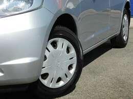 やはり、車を見る角度は、この、左斜め45度から見たのが、カッコイイですよね~^^^^。こちらの車は、ホイルキャップ仕様です。タイヤの山もありますのでご安心下さいませ^^^^。