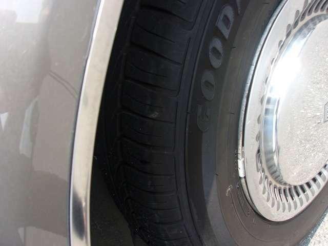 リヤのタイヤとホイールキャップです!ホイールキャップは、大きな傷も無く良好です。タイヤはフロント同様、新品に交換をして納車させていただきます!その費用も総額に含まれております!