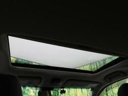 ●【サンルーフ】屋根の一部がガラスになっていて、スイッチでオープンできる機能!長時間運転で疲れちゃってもこの開放感♪