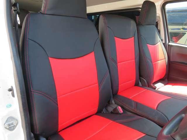 フロントベンチシート3人、センターを折りたためは大型コンソールになり使用が可能です。シートカバーはブラックレーベルレッド×ブラックカラーのスタンダードを取り付け済み