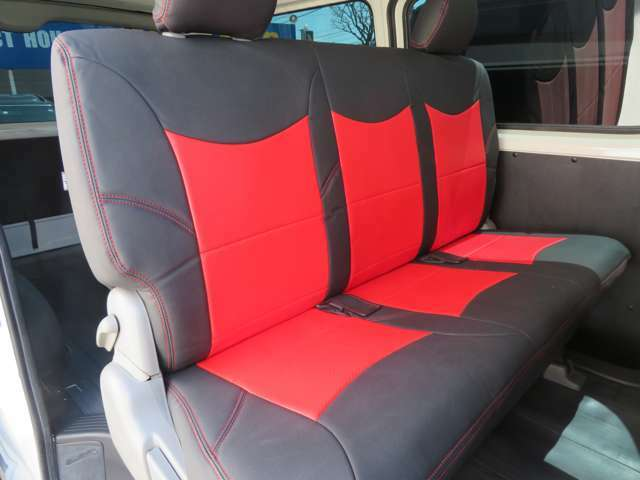 セカンドシート3人乗車画像、リヤのシートカバーもプレミアムブラックレーベルを取り付け済み