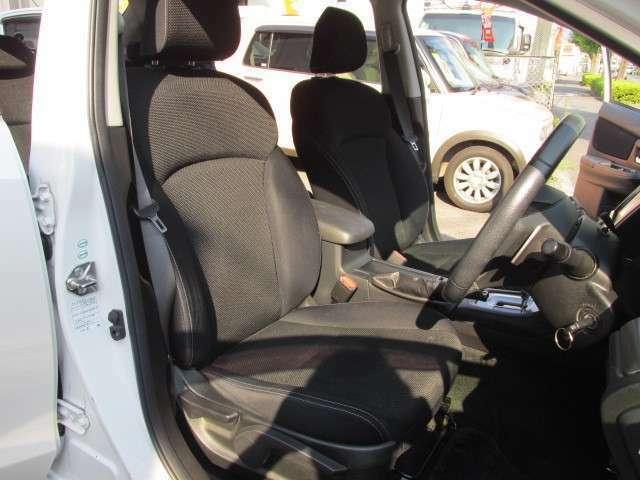 グレーを基調とした運転シートは少し汚れこそございますが、破れやヘタリもなくしっかりとした座り心地を感じられます