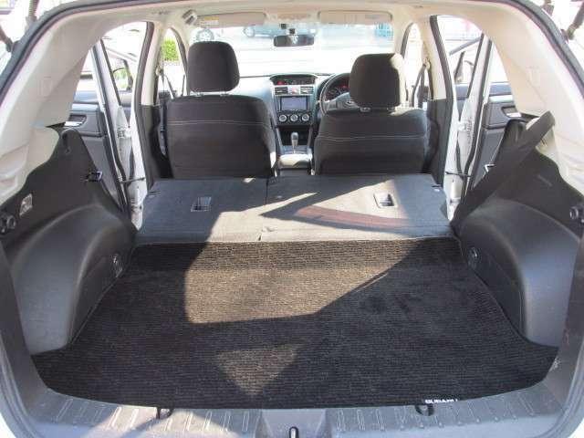 リヤシートを倒せば大容量のラゲッジルームが確保いただけます。アウトドアにはもちろん、長距離旅行にも活躍してくれることでしょう